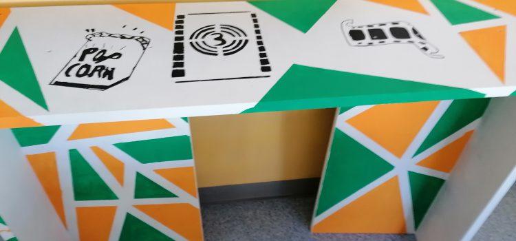 Des tables hautes «maison» pour une classe semi-flexible